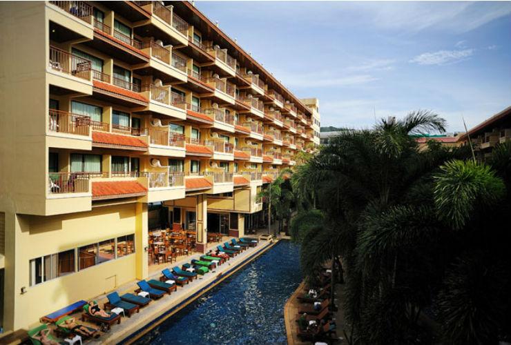 ホテルと熱帯の庭園のようなプール。