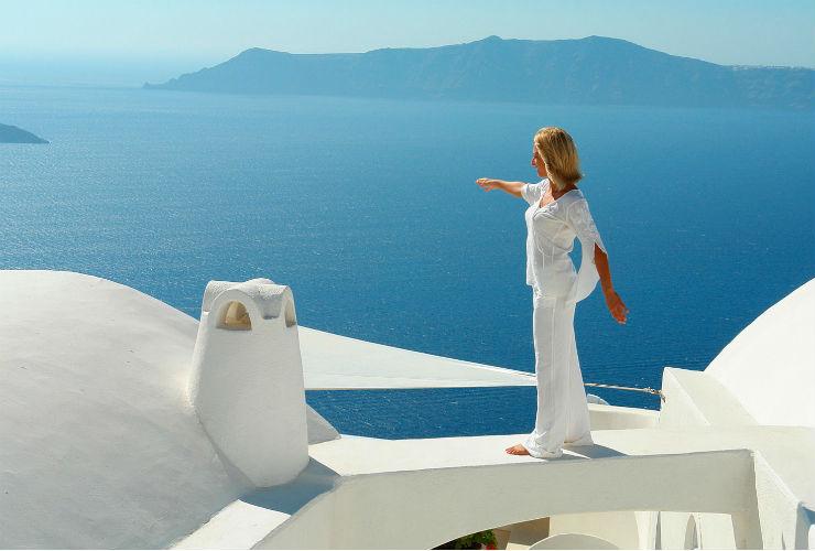 ギリシャらしい白い建物と青いエーゲ海の織りなす絶景。