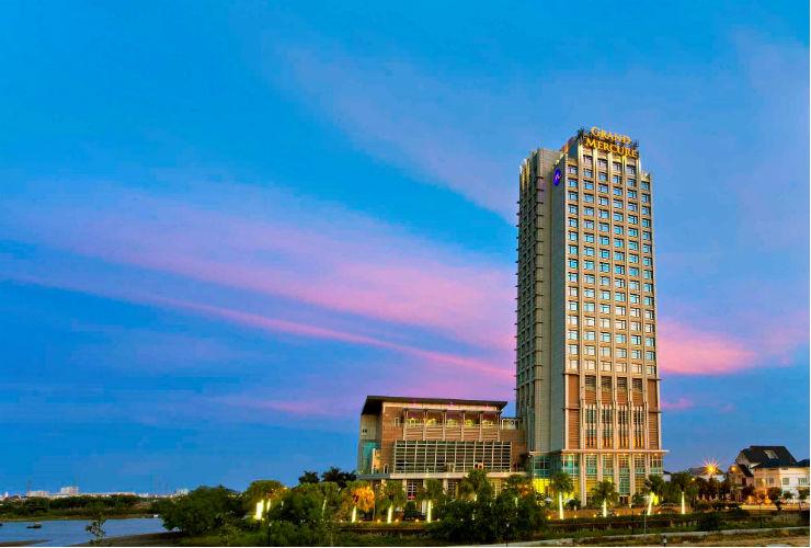 ハン川沿いに建つホテルの外観