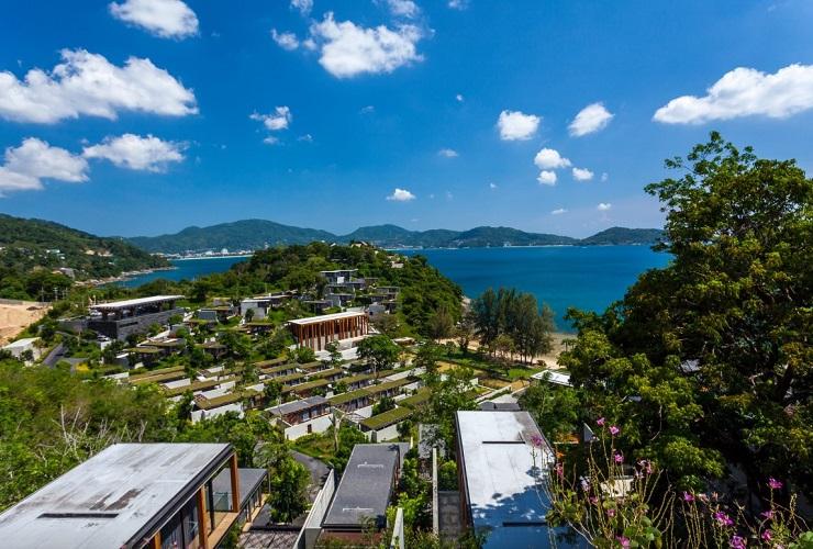 自然の丘に立ち並ぶ現代的建築のヴィラ。