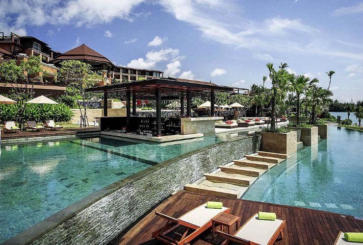 現代的なホテルとプール。