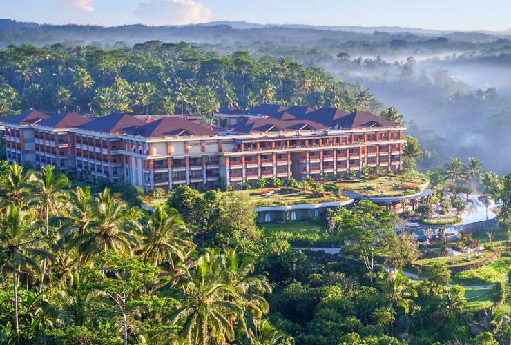 大自然の一部のようなホテルの全景