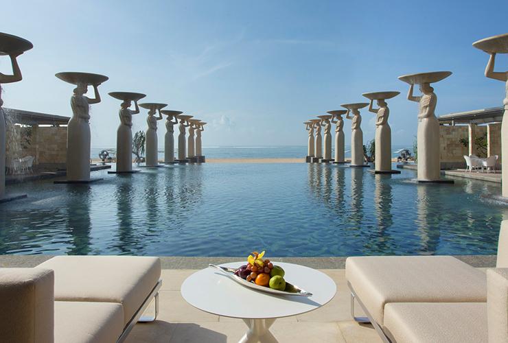 芸術的なデザインのエレガントな専用プール