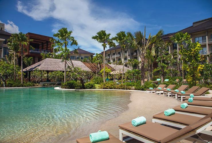 ホテル内のビーチを模したプール