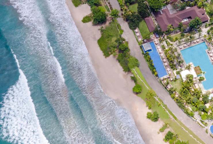 ホテルの全景とレギャンビーチ