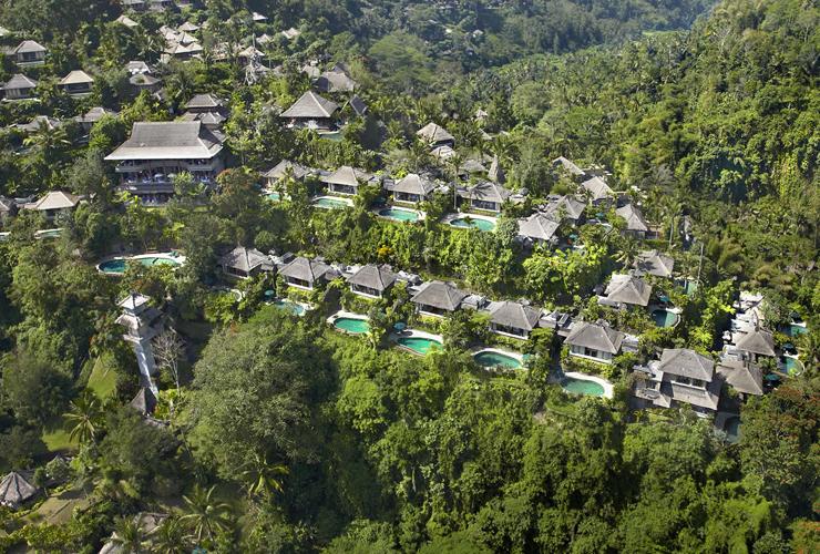熱帯雨林に囲まれた上空からのホテルの全景