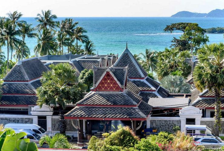 寺院を思わせるリゾートの概観。澄みきった青い海も見えます。