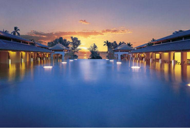 プールからのアンダマン海の夕日