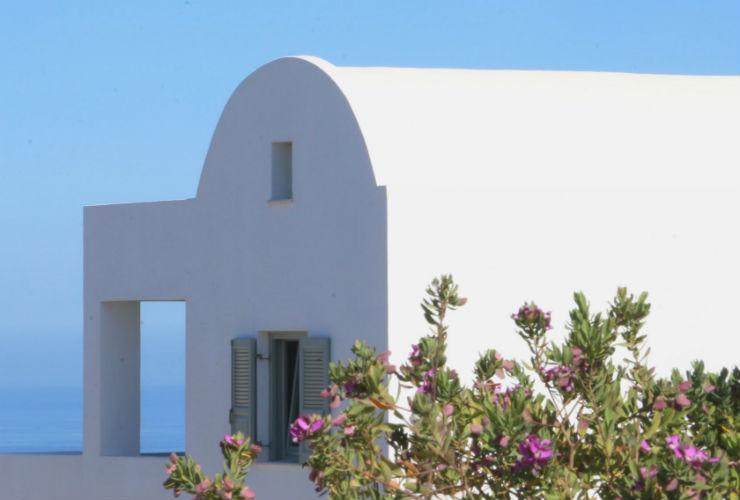 白い建物が建ち並ぶギリシャらしい雰囲気。
