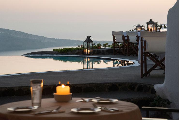 テラスからはエーゲ海とカルデラの絶景が。
