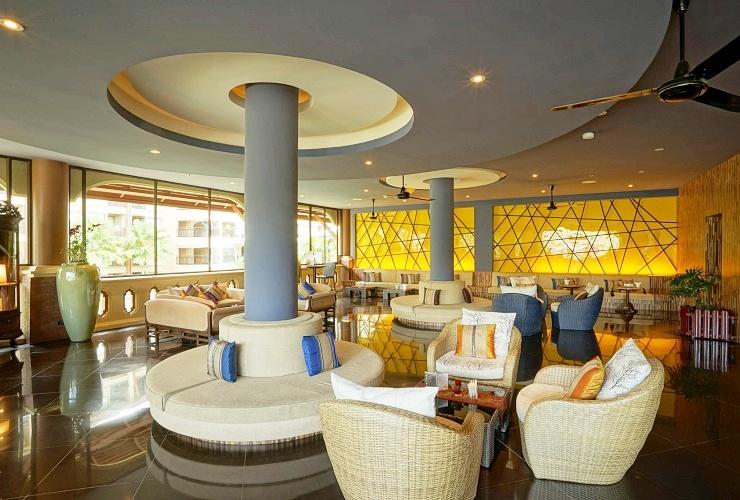 ホテルと巨大なプール