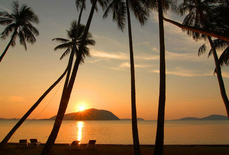 リゾートの前はラワイビーチ。夕日がきれい。