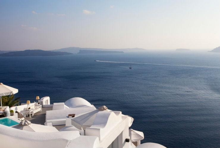 ホテルで、サントリーニ島のカルデラとエーゲ海の絶景を楽しめます。