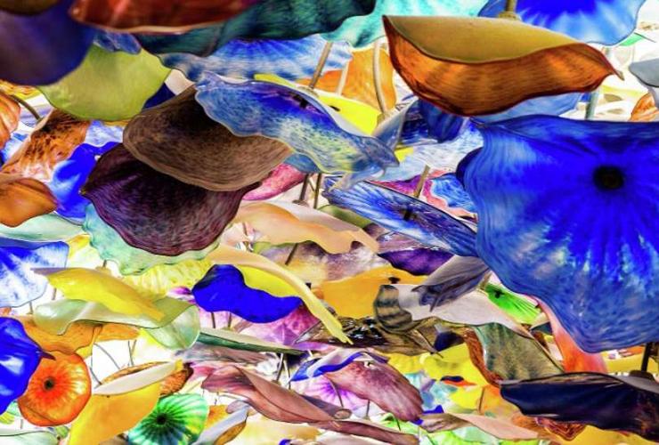 ガラスの花で飾られたロビーの天井