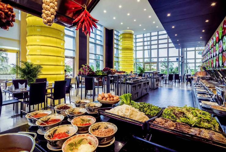 モダンな雰囲気のメインレストラン