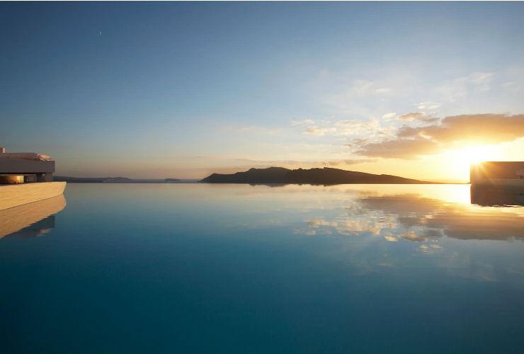 観光客を魅了してきたサントリーニ島の夕日。