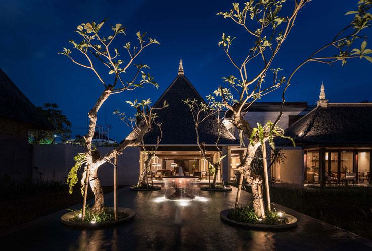 夜のホテルの外観