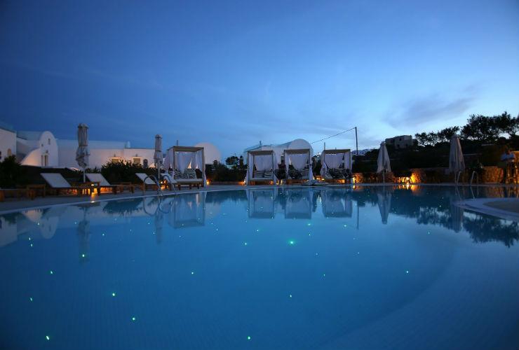夜のホテルのプール。
