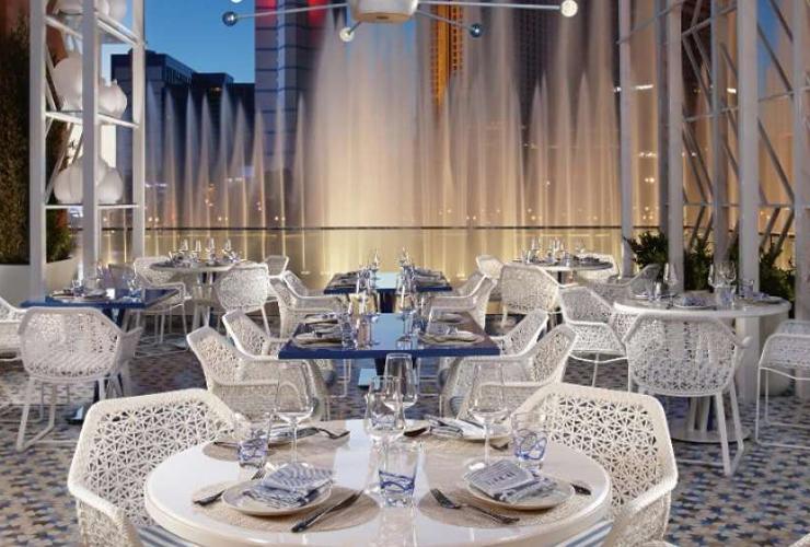 噴水ショーを眺めながら食事ができるレストランも多数