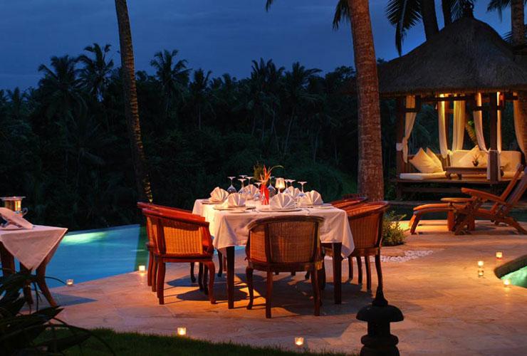 レストランのロマンティックな夜のライトアップ