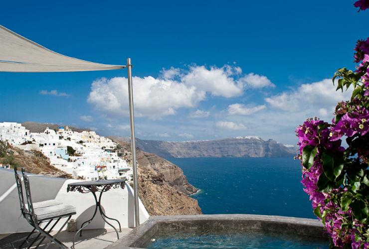 カルデラとエーゲ海の絶景が楽しめるホテル。