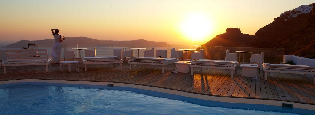 テラスからのサントリーニの夕日とエーゲ海。