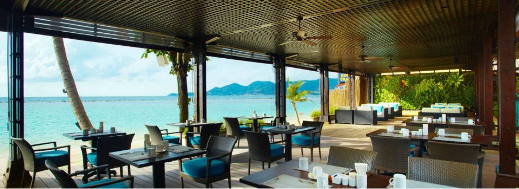 青い海を臨むレストラン。
