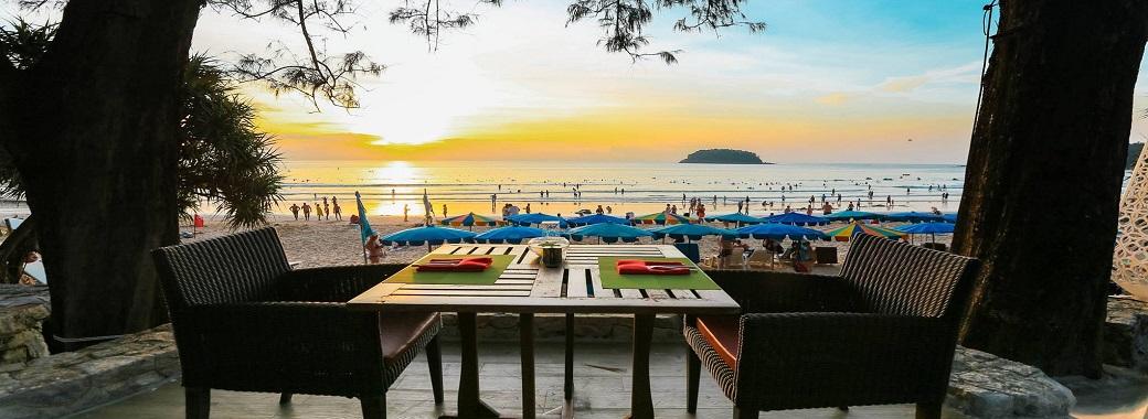 ホテルの目の前はカタビーチ