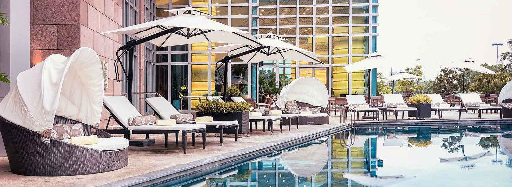 リッチな雰囲気のホテルの屋外プール