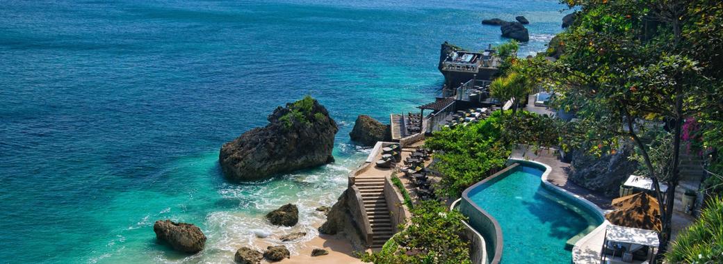 ホテル外観とビーチ