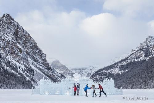 氷の彫刻と美しい景色(イメージ)