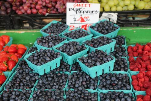 パブリックマーケットで売られる新鮮な果物(シアトル)