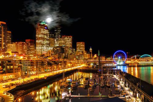 シアトルの輝くウォーターフロントと高層ビル群