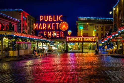 ネオンで彩られたパブリックマーケットのサイン(シアトル)