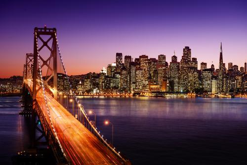 夜のゴールデン・ゲート・ブリッジと高層ビル群(サンフランシスコ)