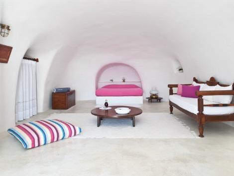 サントリーニ島:ペリヴォラス 客室一例