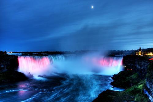 夜のナイアガラの滝(イメージ)