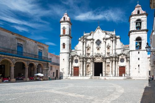 カテドラル広場にあるハバナ大聖堂(キューバ)