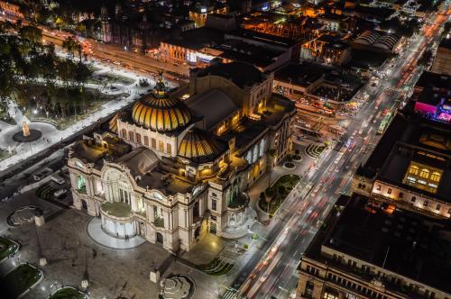 メシキコシティ:ベジャス アルテス宮殿の夜景