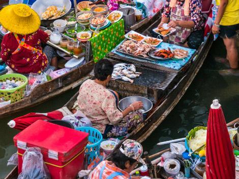 タイの名物のひとつの水上マーケット 掘り出し物も見つかるかも!?