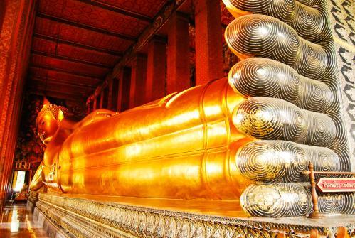 バンコク:ワット・ポーの巨大な涅槃仏像