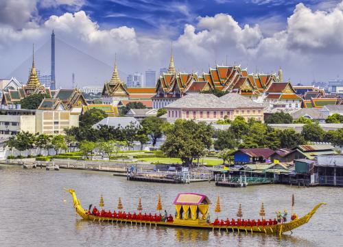 バンコク:チャオプラヤ川から見るエメラルド寺院
