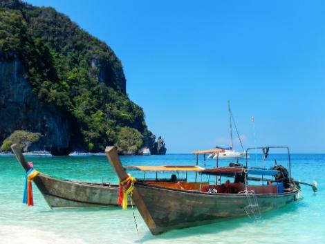 ピピ島の移動はロングテールボートを利用します