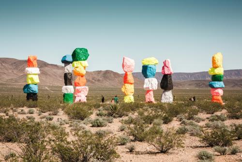 世界中で話題のフォトジェニックなカラフルな岩「セブンマジックマウンテン」