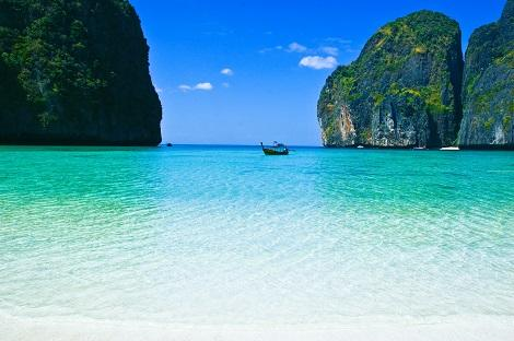 ピピ島:エメラルドグリーンの海が広がるマヤビーチ
