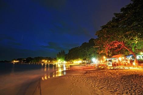 サメット島:レストランが立ち並び夜も眠らないビーチ