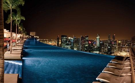 シンガポール:マリーナベイサンズ Infinity Pool at Sands SkyPark Night View/提供:Marina Bay Sands