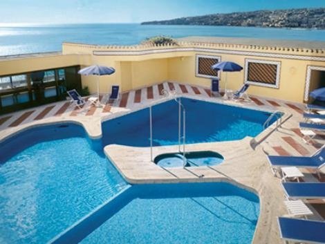 ナポリ:ロイヤル コンチネンタル ホテル 屋上プール