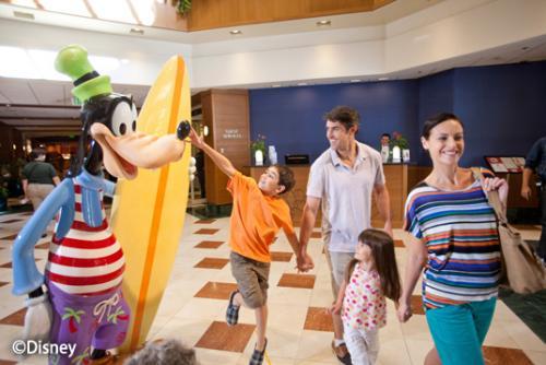 ディズニー・パラダイス・ピア・ホテル サーフボードを抱えたグーフィー