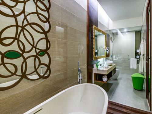 イナヤプトゥリバリ デラックスルーム 落ち着きのあるバスルーム
